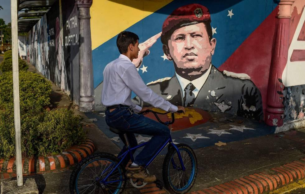 Un joven transita con su bicileta por el Estado de Barinas, en Venezuela.