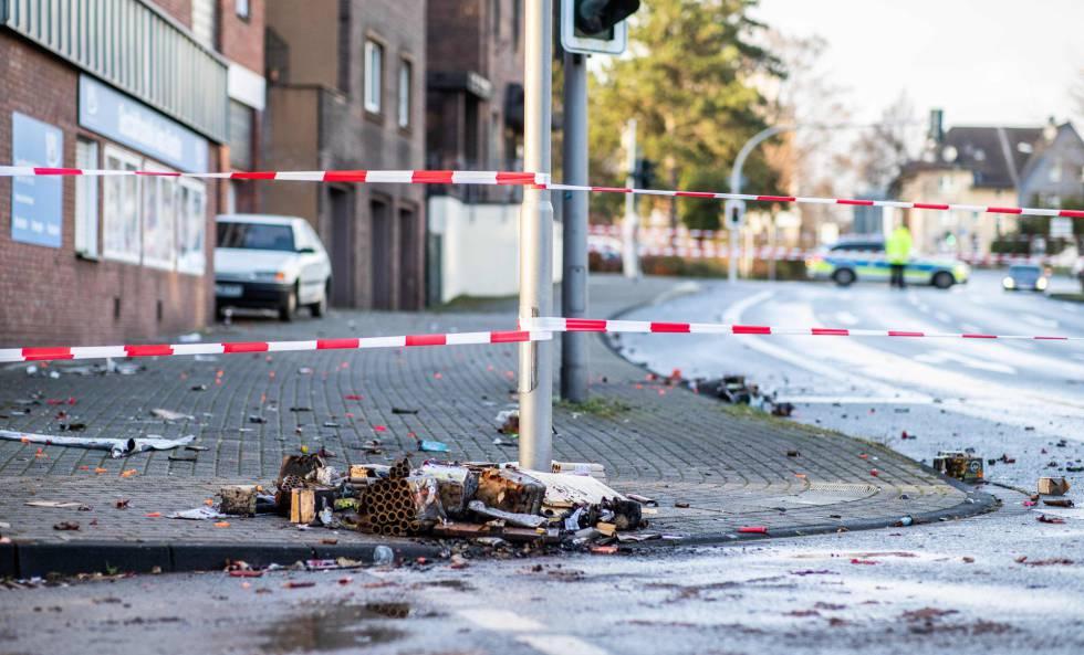 Cordón policial en la zona en la que el conductor del coche embistió a varios ciudadanos, este martes en la ciudad alemana de Bottrop.