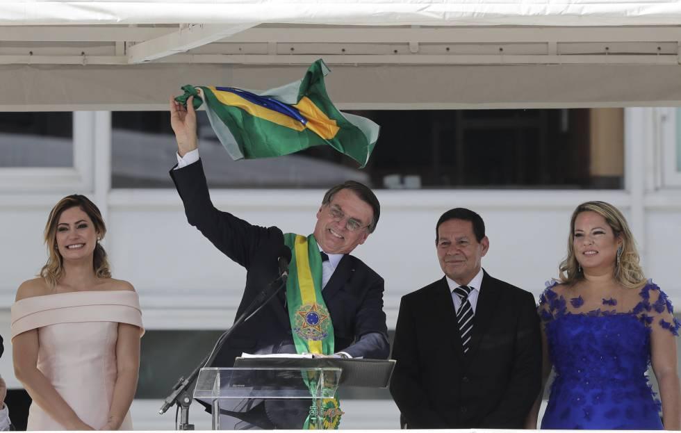 El nuevo presidente ondea una bandera de Brasil en su discurso al país.