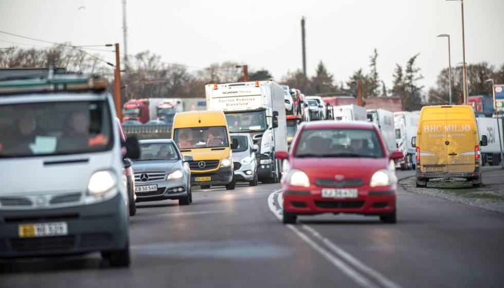 Decenas de vehículos, atascados tras el cierra del puente del Gran Belt en Dinamarca.