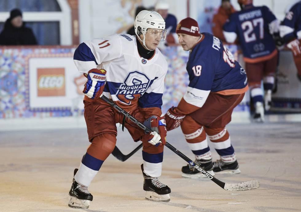 El presdiente ruso, Vladímir Putin, (izquierda) durante el ya tradicional partido de hockey de fin de año, el 29 de diciembre en Moscú.