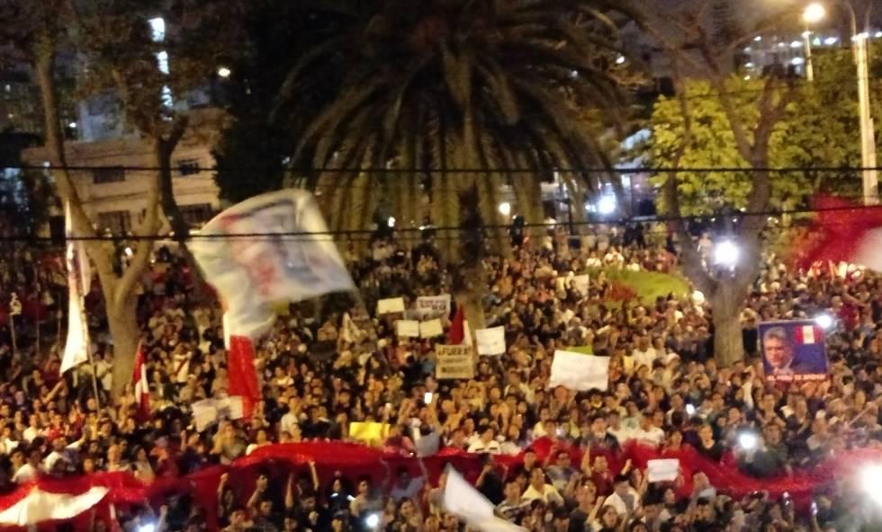 Manifestantes a favor de los fiscales removidos del equipo Lava Jato.
