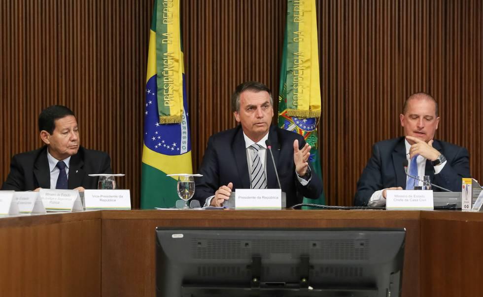 Bolsonaro junto a su vicepresidente (izquierda) y a su jefe de gabinete en el consejo de ministros