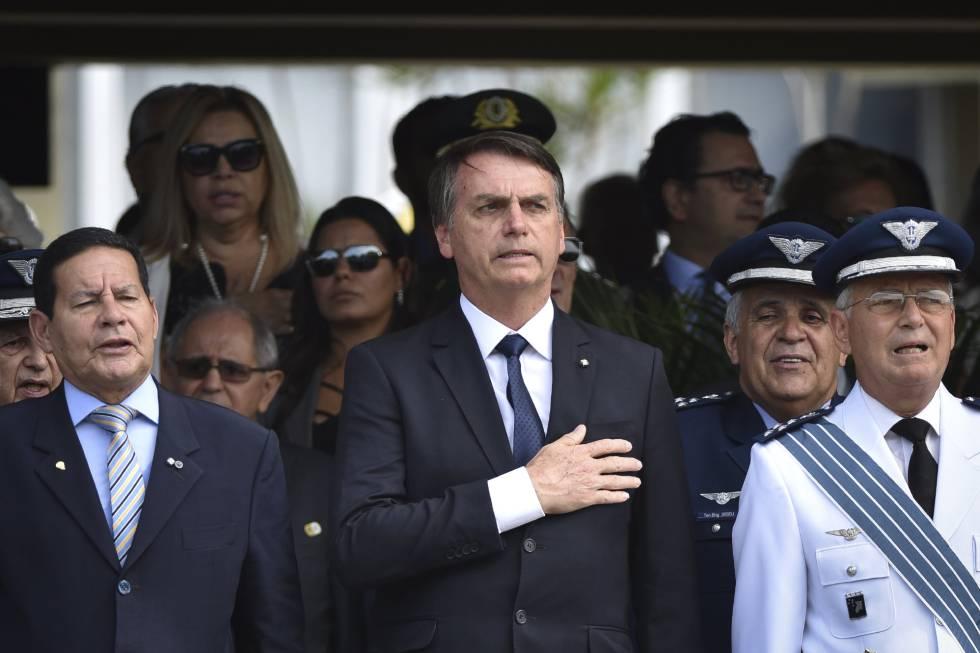 Resultado de imagem para Bolsonaro insiste en dar protección a los policías al afrontar su primera crisis de seguridad