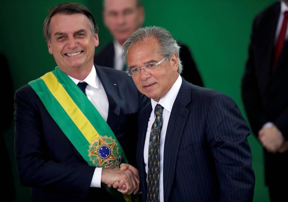Guedes saluda al presidente Bolsonaro este martes en Brasilia.