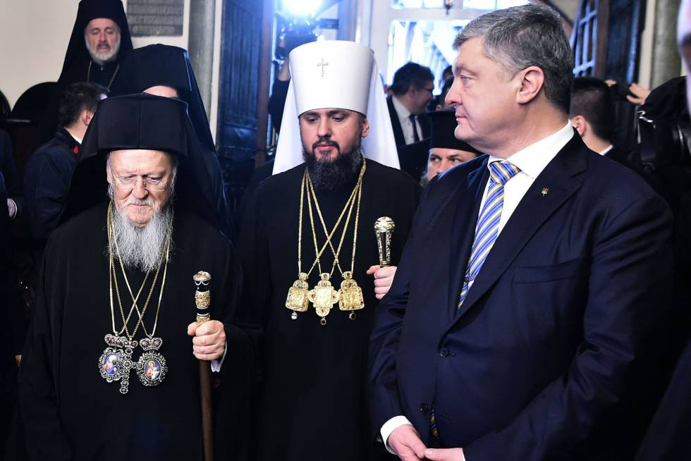 Poroshenko (derecha) junto al patriarca Bartolomé I (izquierda) y el Metropolitano Epifanio