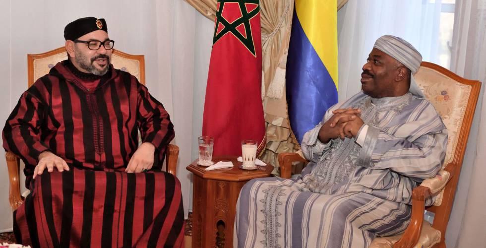 Ali Bongo (derecha) recibe la visita del rey de Marruecos, Mohamed VI, en el hospital militar de Rabat, el 3 de diciembre.