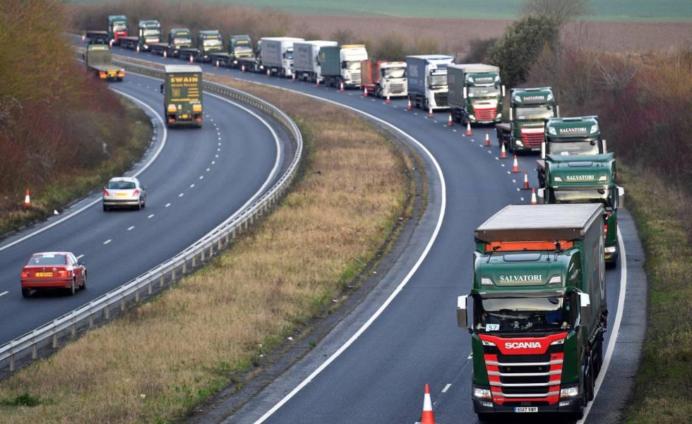 Camiones durante un ensayo este lunes en el sur de Reino Unido para prevenir la congestión por los controles fronterizos en el caso de que no haya acuerdo.