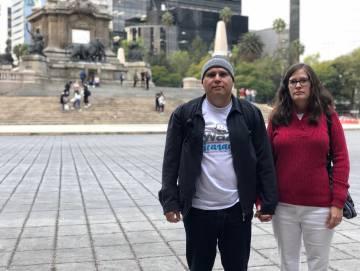 Bayardo Aguilar y su esposa Yvonne Wallace en el Paseo de la Reforma de la Ciudad de México.