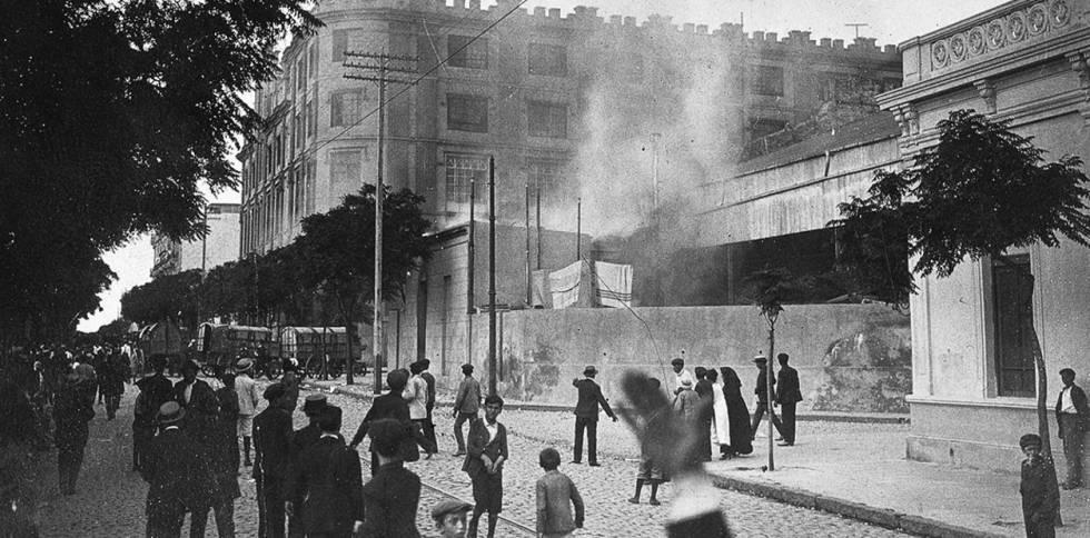 Huelguistas alrededor de los talleres Vasena, en el barrio porteño de San Cristóbal.