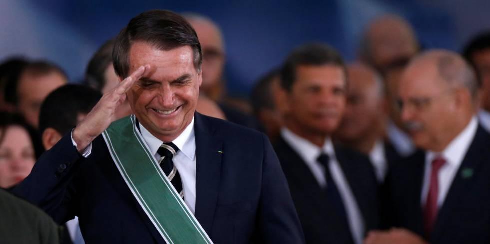 Bolsonaro hace un saludo militar en la toma de posesión del jefe de las Fuerzas Armadas este viernes en Brasilia.