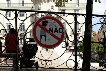 Aviso de no orinar en la plaza de Camoes.