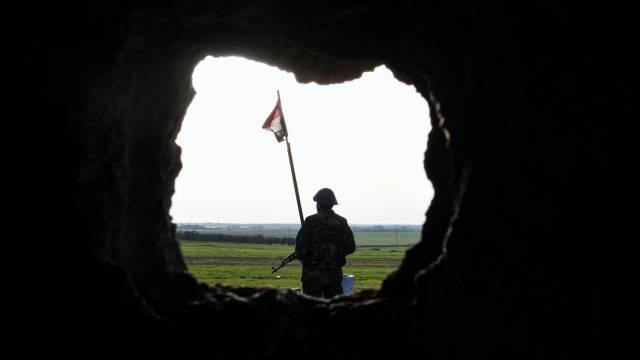 Un soldado sirio, al noroeste de Manjib.