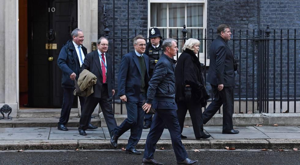 Un grupo de diputados conservadores, tras reunirse en Downing Street con May este jueves.