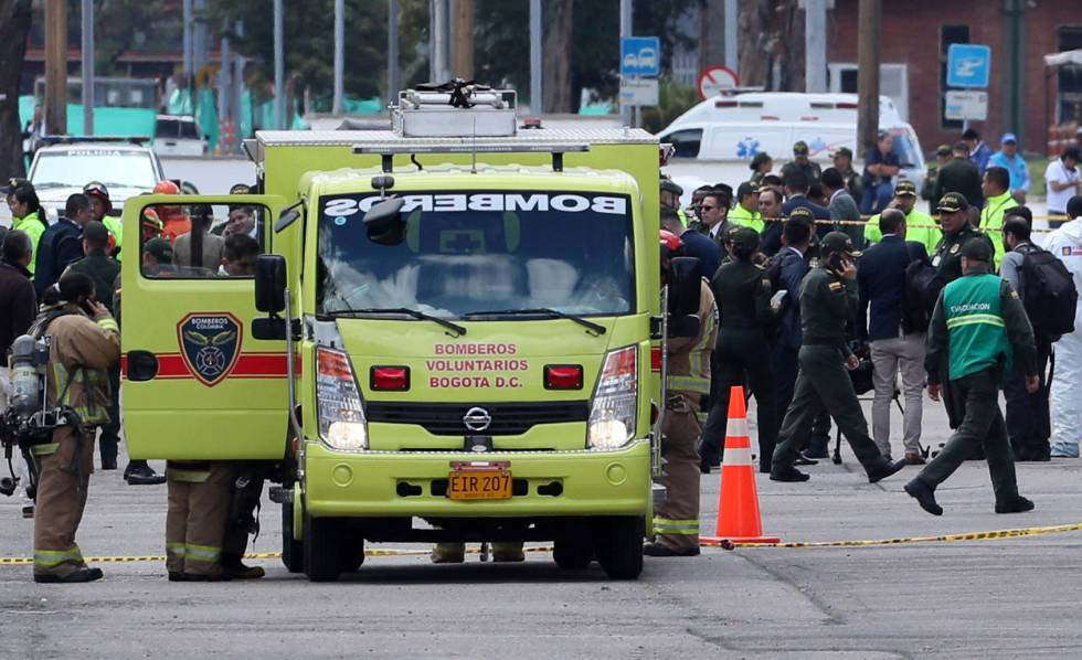 Bomberos trabajan en el lugar donde explotó el coche bomba este jueves, en la Escuela General Santander de la Policía en Bogotá (Colombia).