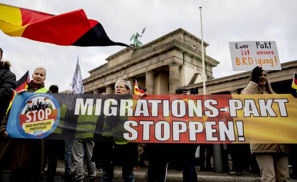 """Cartel con el mensaje """"Stop al pacto migratorio"""", el mes pasado en una manifestación xenófoba en Berlín."""