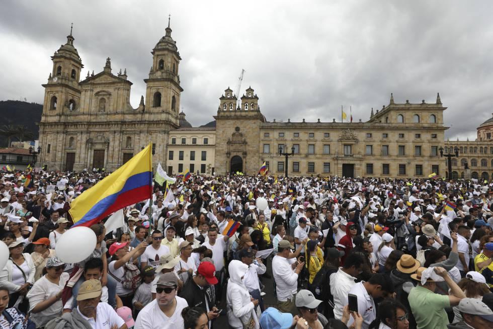 Miles de personas, durante la marcha contra el terrorismo este domingo en Bogotá.