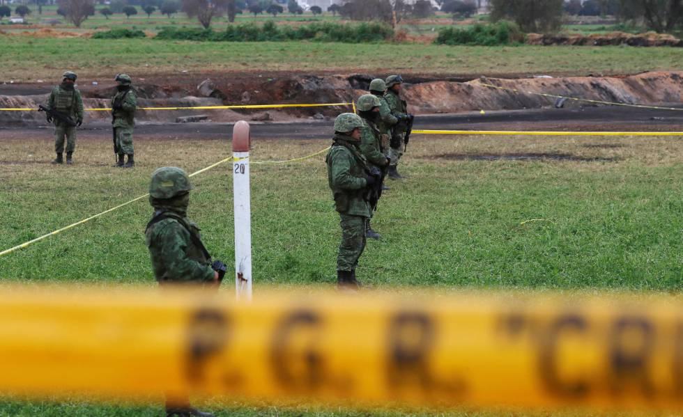 Soldados protegem a área da explosão em Tlahuelilpan, no estado de Hidalgo (México)