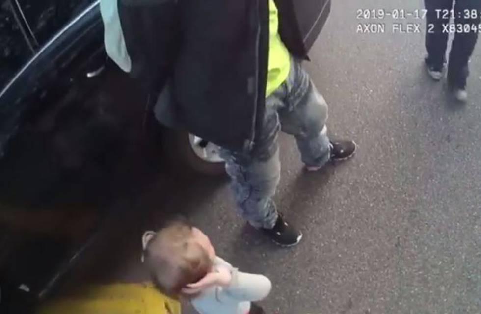 La niña, grabada por la cámara de uno de los policías.