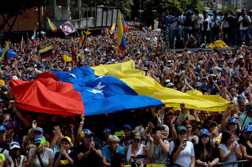 Manifestantes opositores, este miércoles en Caracas.