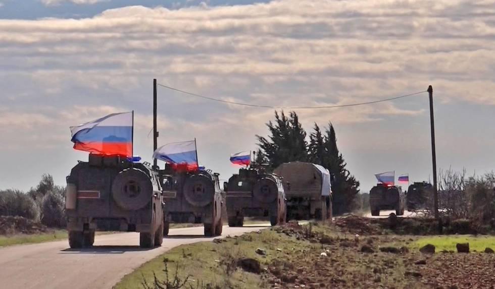 Un fotograma de una grabación de la agencia AFP muestra varios vehículos militares rusos cerca de Manjib.