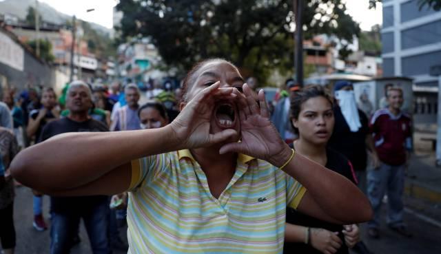Vecinos de Caracas protestan el lunes contra las fuerzas de seguridad.