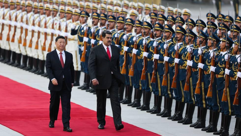 Nicolás Maduro, junto a Xi Jinping, durante la ceremonia de bienvenida, en Pekín el pasado septiembre.