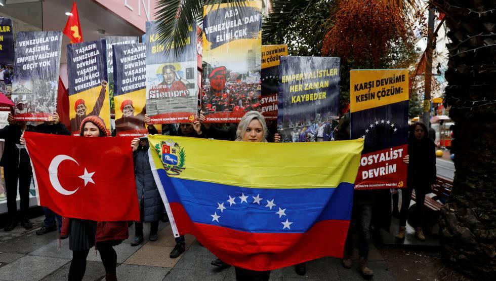 Simpatizantes del Partido Comunista de Turquía (TKP) se manifiestan este sábado en Estambul en defensa de Maduro.