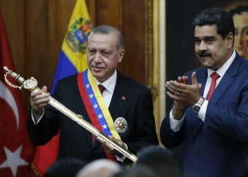 Erdogan, tras recibir el 3 de diciembre en Caracas una réplica de la espada de Bolívar de manos de Maduro.