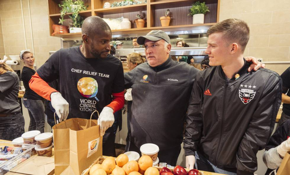 El chef José Andrés, con dos futbolistas voluntarios de Food For Feds en Washington.