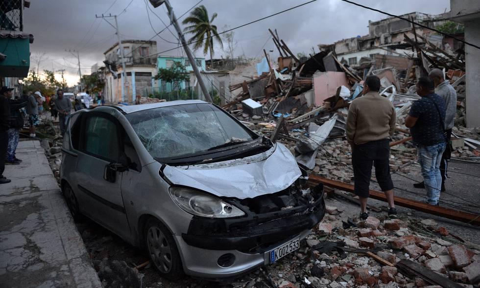 Residentes ante los destrozos causados por el tornado, en La Habana (Cuba).