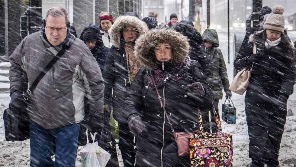 Peatones na rua Wacker Drive em Chicago, nesta segunda-feira. Em vídeo, imagens das nevadas em vários Estados do país.