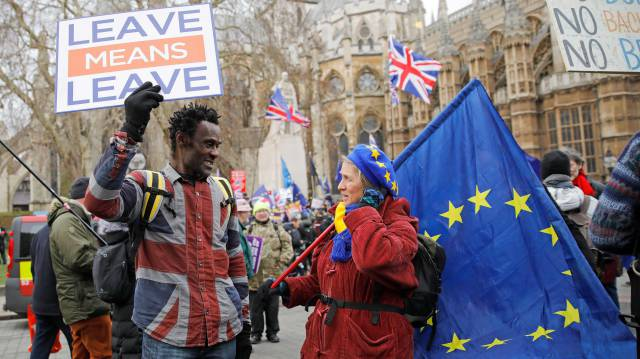 Un activista en favor del brexit mira a una manifestante contraria a la salida de Reino Unido de la UE, este martes en Londres.