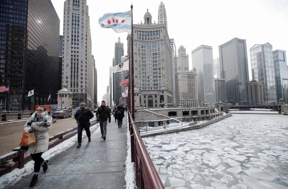 Personas caminan este martes durante la ola de frío polar, en Chicago, Illinois.