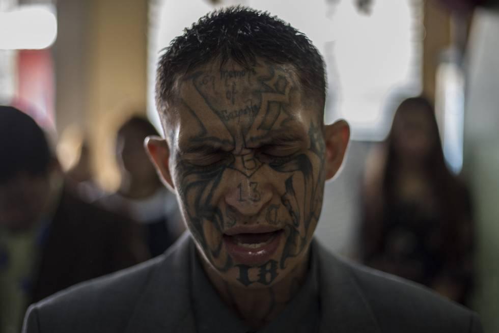 Un recluso, que formó parte de la Mara Salvatrucha (MS-13), reza en la prisión de Gotera.