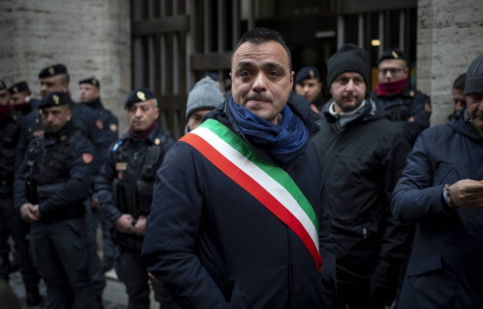 Riccardo Travaglini, alcalde de Castelnuovo di Porto, se manifiesta contra el desalojo del centro de acogida de inmigrantes.
