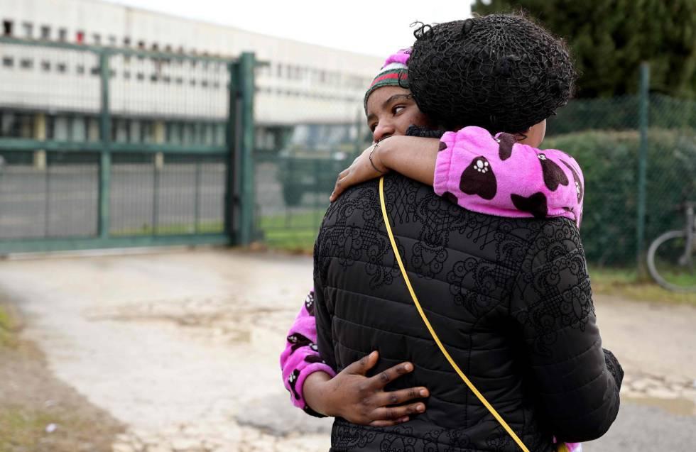 Dos inmigrantes del centro de Castelnuovo se despiden al ser desalojadas.