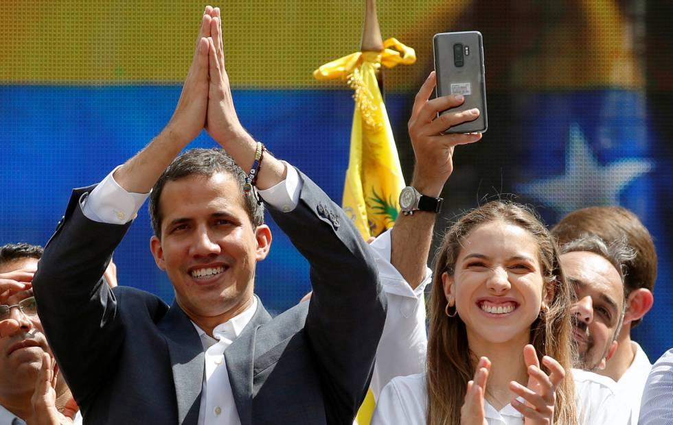 Juan Guaidó y su esposa, Fabiana Rosales, este sábado al término de la marcha opositora.