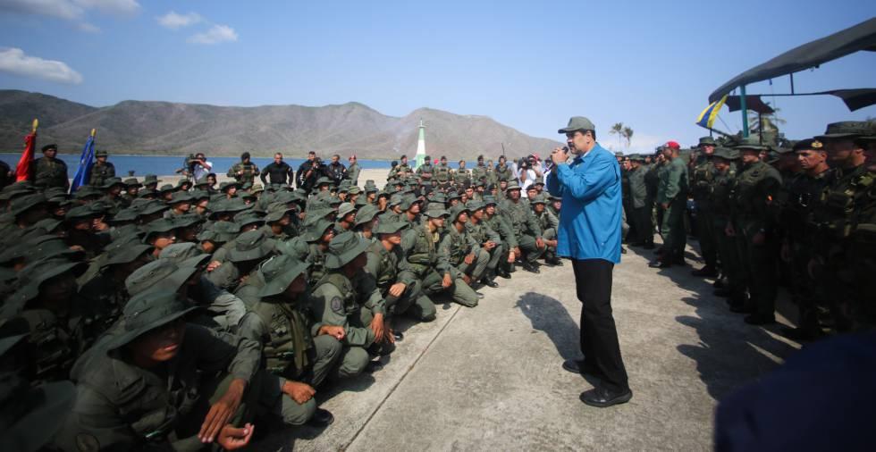 Maduro se dirige a un grupo de soldados, este domingo en el Estado de Aragua.