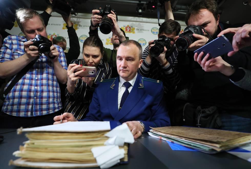 El portavoz de la Fiscalía de Sverdlovsk, Andrei Kuryakov, rodeado de periodistas mientras presenta los archivos del 'caso Dyatlov', el pasado viernes en Ekaterimburgo.