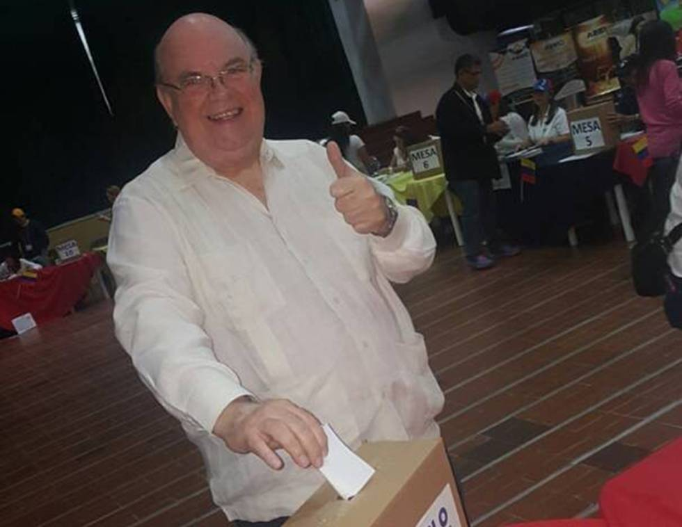 El diputado opositor Antonio Ecarri durante una votación en Venezuela.