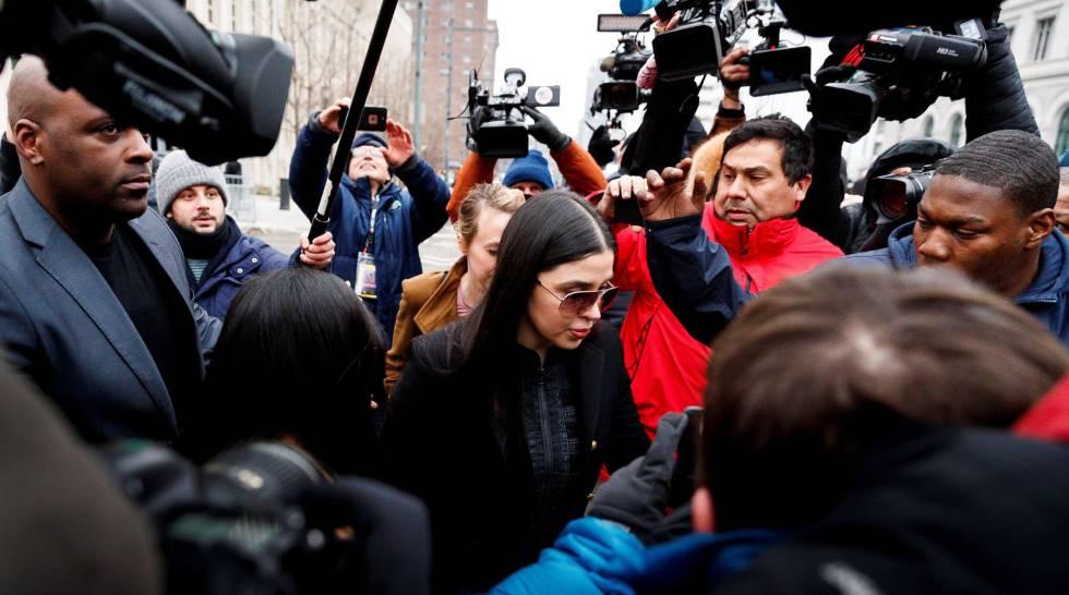 Emma Coronel, esposa del Chapo, a la salida de los juzgados.