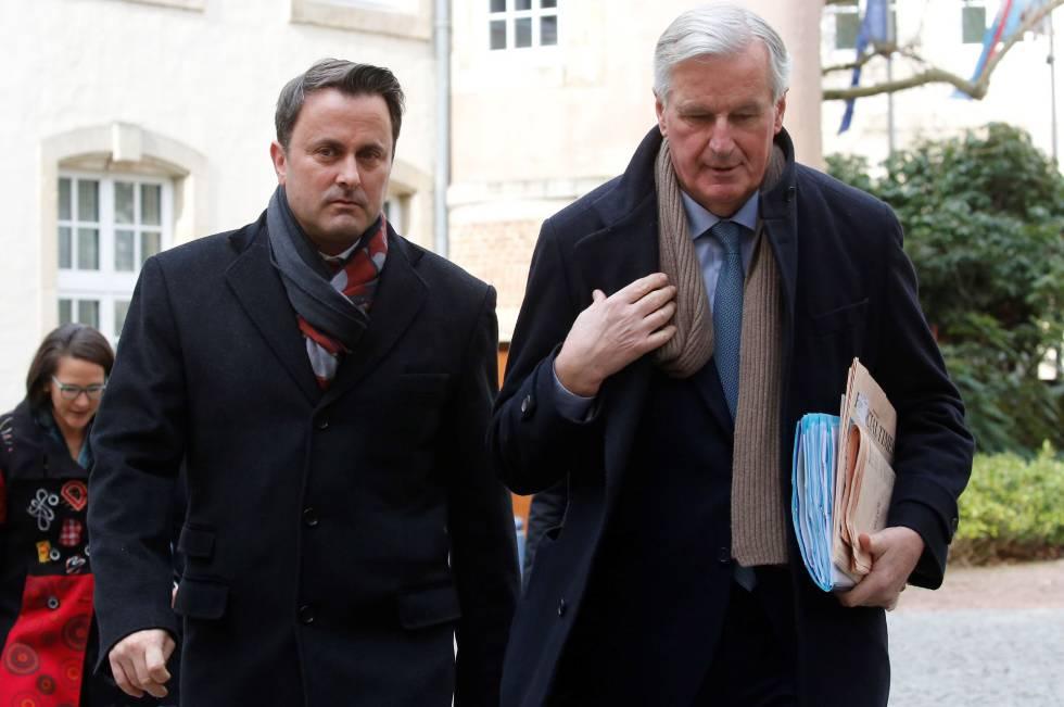 Barnier, a la derecha, junto al primer ministro de Luxemburgo,  Xavier Bettel.
