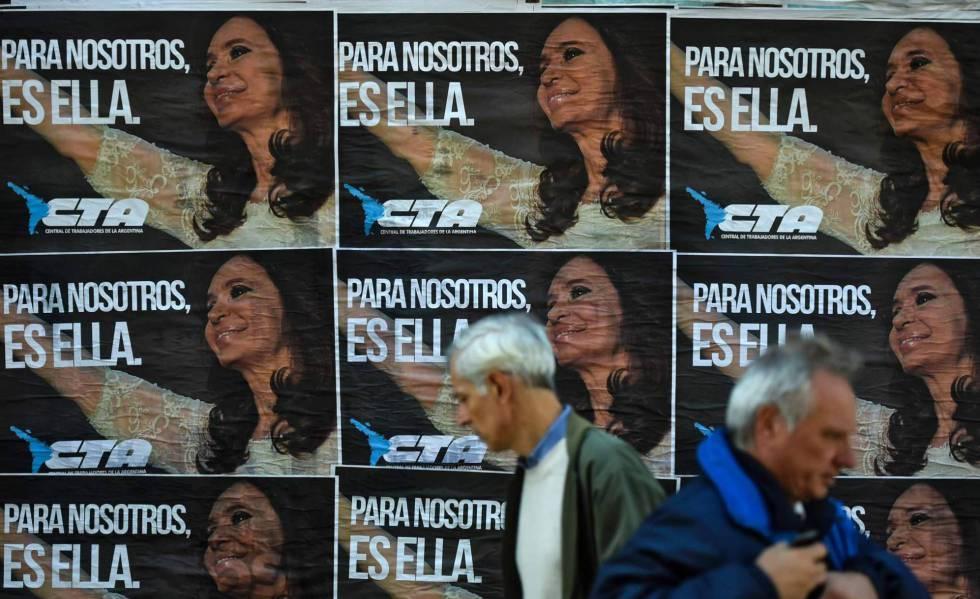 Afiches de apoyo a la expresidenta Cristina Fernández de Kichner en una calle de Buenos Aires.