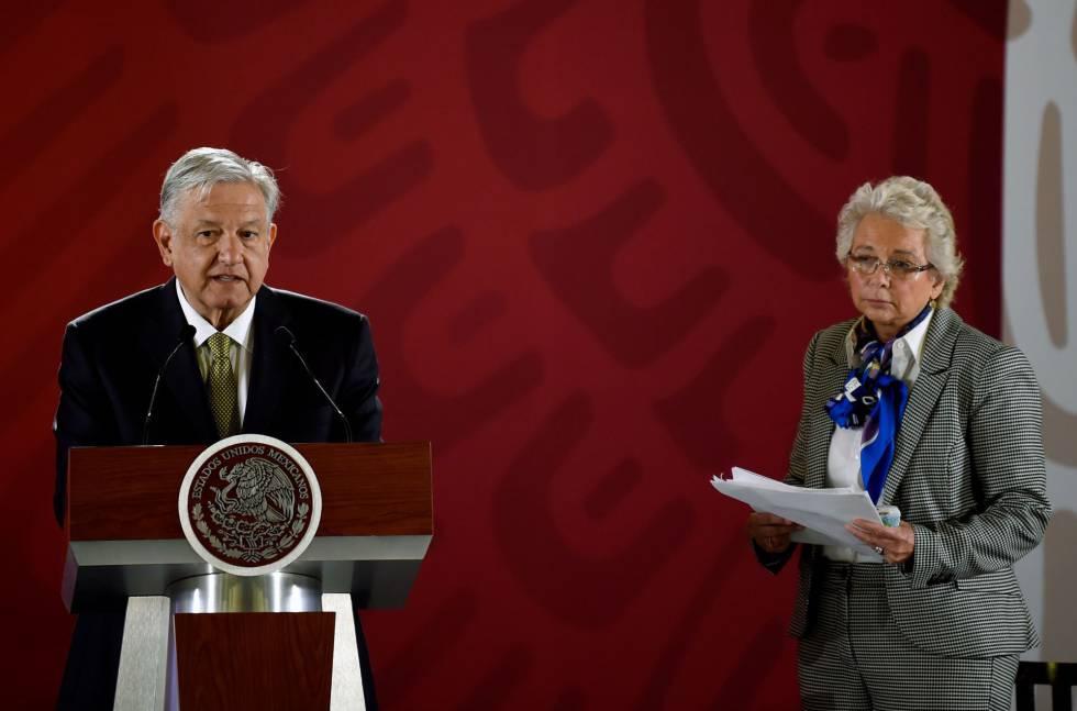 López Obrador junto a su secretaria de Gobernación, Olga Sánchez Cordero.