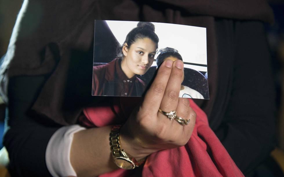 Renu Begum muestra a los medios en febrero de 2015 una imagen de su hermana Shamima, integrada en las filas del ISIS.