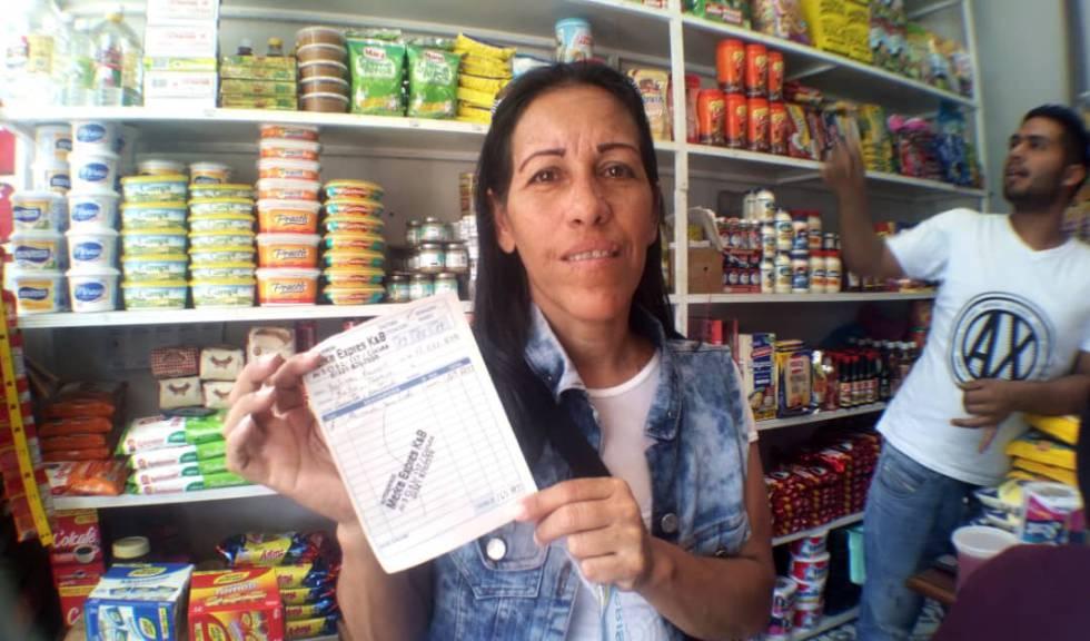 Yulimar Rivero, con la cuenta de su compra.