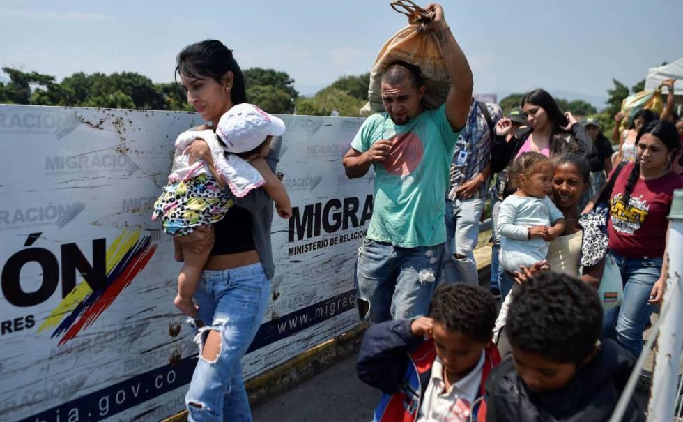 Un grupo de venezolanos en el puente Simón Bolívar que conecta con Colombia.