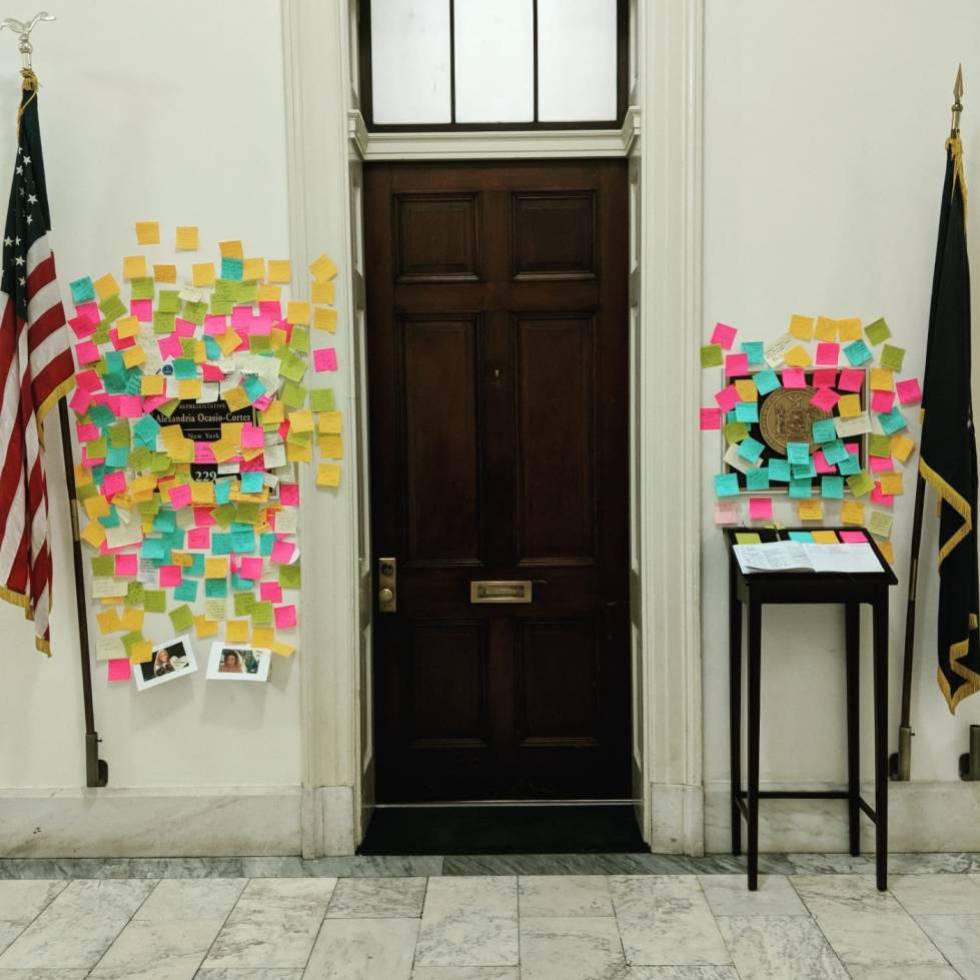 A porta do gabinete da congressista Ocasio-Cortez no Capitólio, em Washington.