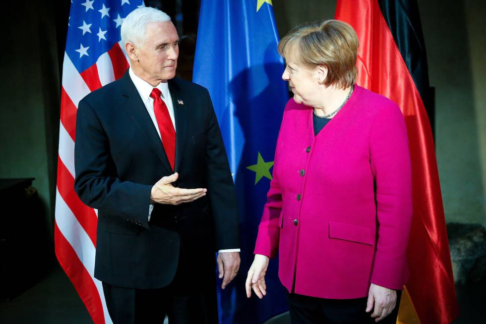 Mike Pence e Angela Merkel, na conferência de segurança de Munique neste sábado.